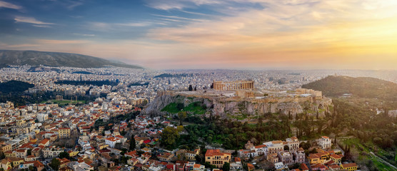Fotomurales - Panorama der Skyline von Athen, Griechenland, mit Akropolis, der Altstadt Plaka und urbane Stadtlandschaft bis zur Küste bei Sonnenuntergang