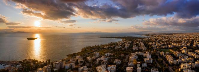 Wall Mural - Luftaufnahme der Bezirke Voula und Glyfada, Teile der südlichen Riviera von Athen in Griechenland bei Sonnenuntergang