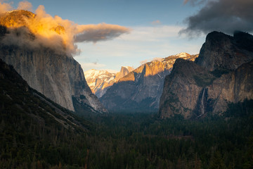 Keuken foto achterwand Grijze traf. Yosemite Valley from epic Tunnel View in Wawona Road in California, United States.