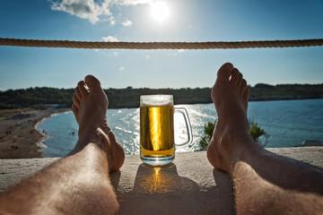 Entspannung mit Bier im Urlaub am Meer