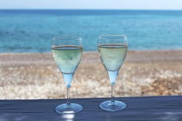 Zwei Gläser mit eiskaltem Weißwein in einer Strandbar, Rhodos, Griechenland