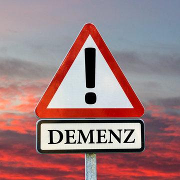Demenz, Alzheimer, Vergessen - Verkehrsschild vor roten Wolken am Abend