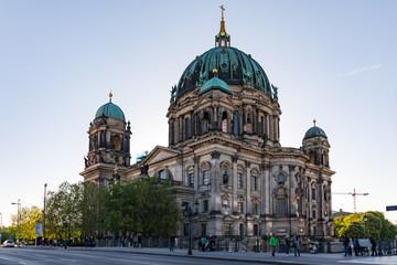 Fotobehang Berlijn Berliner Dom am Abend im Gegenlicht von Unter den Linden gesehen
