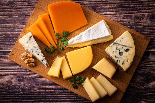 様々な種類のチーズ盛り合わせ