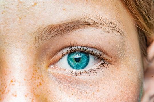 Nahaufnahme eines weiblichen Auges mit blauer Iris