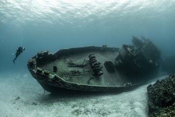 Tuinposter Schipbreuk Divers examining the famous USS Kittiwake submarine wreck in the Grand Cayman Islands