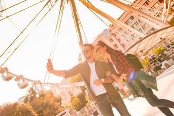 Keuken foto achterwand Amusementspark A traveling couple taking a selfie at a Ferris wheel