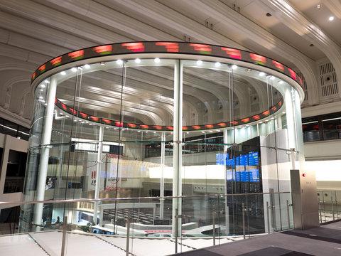 東京証券取引所の東証アローズ。2020年2月、東京都中央区日本橋兜町にて撮影。