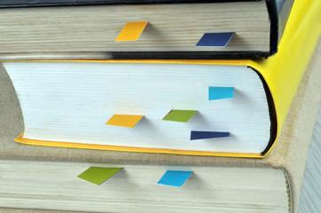 Marque-pages dans des livres Fototapete