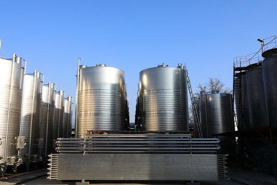 Outdoor steel tanks in winery