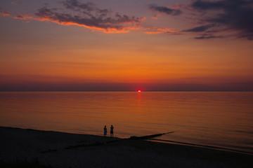 Zachód słońca nad jeziorami o morzem bałtyckim.