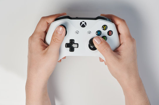 Hand hold xbox controller