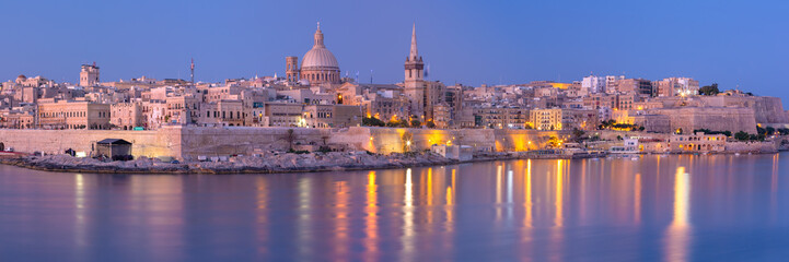 Fototapete - Panorama of Valletta with Our Lady of Mount Carmel church and St. Paul's Anglican Pro-Cathedral at sunset as seen from Sliema, Valletta, Malta
