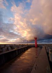 Port w Kołobrzegu,falochron wschodni w promieniach zachodzącego słońca.