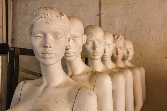 mannequins dans un entrepôt