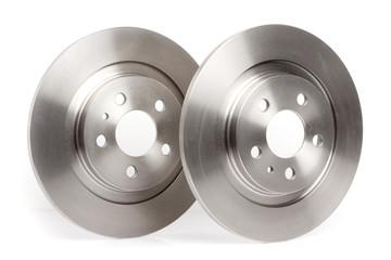 Deux disques de frein isolés sur fond blanc