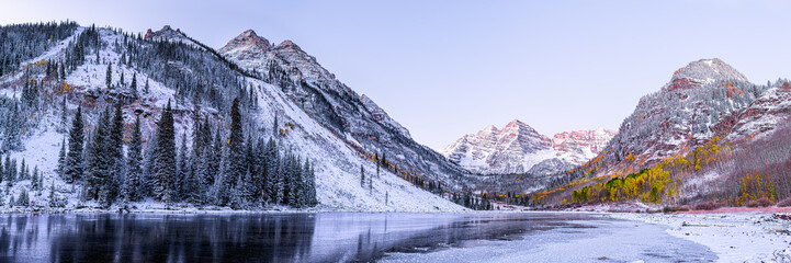 Maroon Bells morning sunrise panorama with sunlight on peak in Aspen, Colorado rocky mountain and autumn yellow foliage panoramic view winter snow Fotobehang