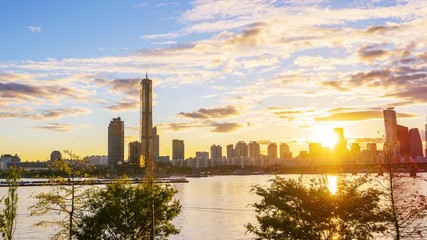 Papier Peint - 4k Time lapse Sunset of Seoul City Skyline at Han river in Seoul South Korea.