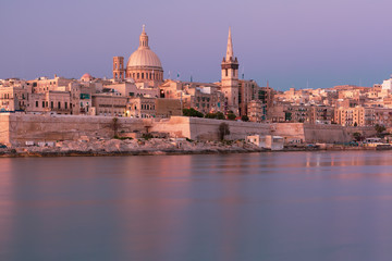 Fototapete - Valletta with Our Lady of Mount Carmel church and St. Paul's Anglican Pro-Cathedral at sunrise as seen from Sliema, Valletta, Malta