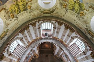Wall Mural - Karlskirche Wien: Blick von oben nach unten auf Decken Fresko Malerei, Bogen Fenster und Eingang Kirche