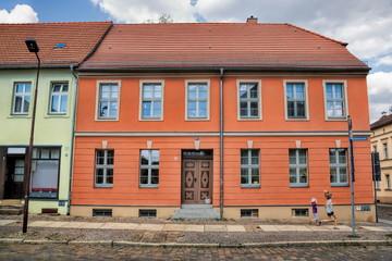 Fotomurales - neuruppin, deutschland - saniertes haus in der altstadt