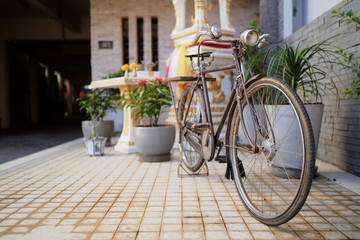 Photo sur Toile Velo Vintage bicycle parked on the street.
