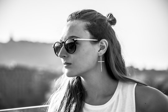 Street Style session, a pretty blonde with sunglasses with a beautiful look