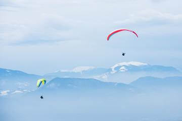 Deux parachutes devant la Grande Chartreuse