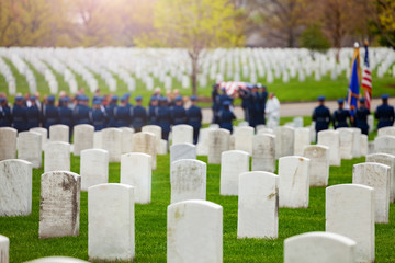 Fototapete - US burial procession with soldiers and flag on background on military cemetery