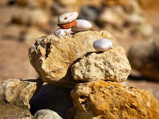 Photo sur Plexiglas Zen pierres a sable Stacks of stones in bright colors