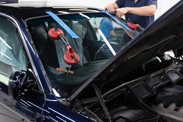 Fototapeta Service workers replacing car front windshield. obraz