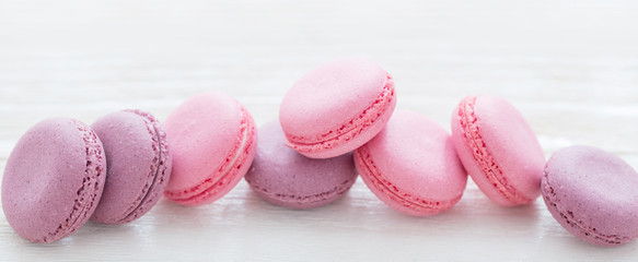 Photo sur Toile Macarons pink macaroons on wooden background