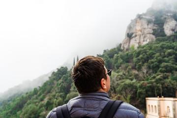 Photo sur Aluminium Kaki Back view of man on hiking trail. Backpacker traveling.