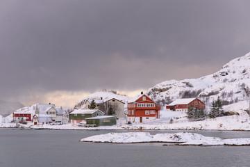 Paisaje nevado con cabañas en invierno ártico de Sommaroy, Tromso , en la Laconia Noruega Wall mural