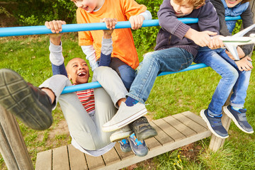 Fototapeta Gruppe Kinder hat Spaß beim Klettern und Spielen obraz