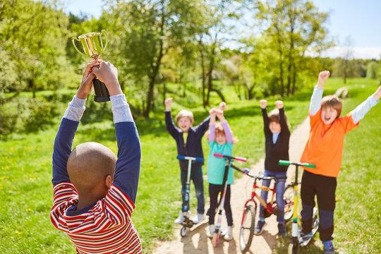Kinder jubeln und freuen sich auf den Sieger Pokal