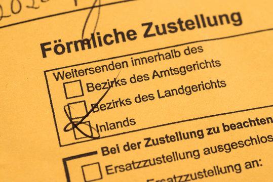 """Gelbes Briefkuvert mit dem Text """"Förmliche Zustellung"""" in deutscher Sprache, Deutschland"""