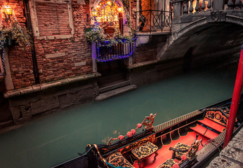 Keuken foto achterwand Gondolas moored gondola on narrow canal with bridge and christmas lights