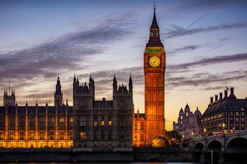 Fotomurales - Der beleuchtete Big Ben Turm am Westminster Palast in London, Großbritannien, am Abend