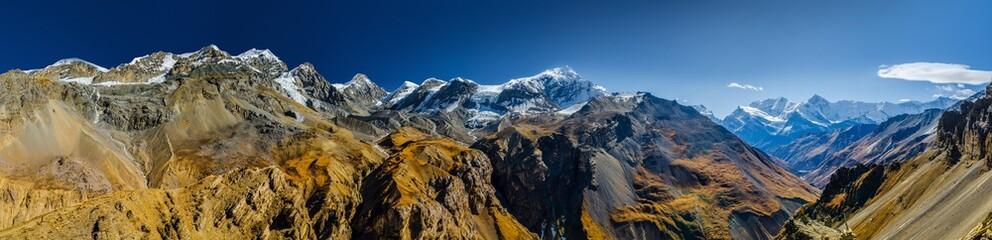 Wide panoramic view of Himalaya mountains Chulu and Gangapurna. Viewpoint at Thorung High Camp. Annapurna circuit trek, Nepal. Fototapete