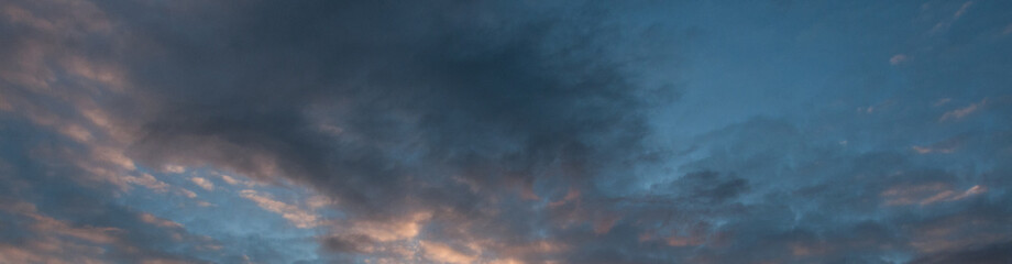 Fotorollo Blau Jeans Panorama de ciel bleu et dégradé de nuages coloré gris rose au coucher du soleil