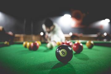 Table de billard dans un bar - 8 ball