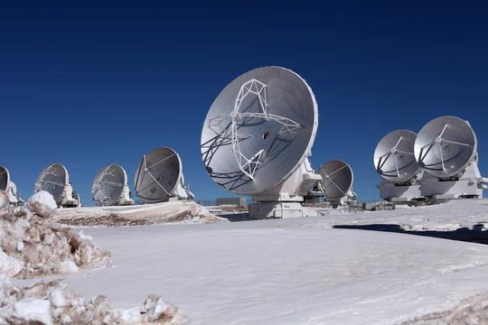 Radioteleskop Array ALMA in Chile, Atacama, Parabolantennen vor blauem Himmel mit Wolken
