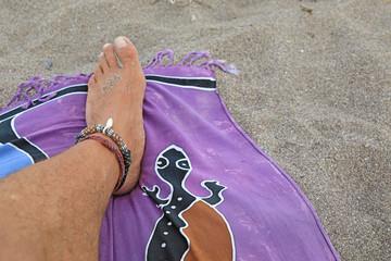 Papier Peint - pie playa tomando el sol pareo morado 4M0A7514-as20