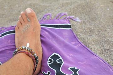 Papier Peint - pie playa tomando el sol pareo morado 4M0A7528-as20