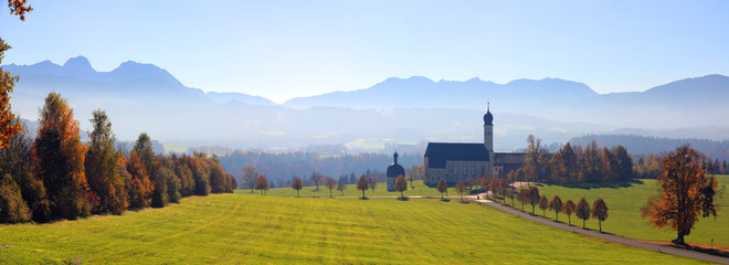 Foto auf Leinwand Himmelblau Wallfahrtskirche St. Marinus und Anianus, Wilparting, Irschenberg, Oberbayern, Deutschland, Europa, Panorama