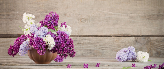 Photo sur Aluminium Lilac lilac in ceramic vase on old wooden background