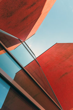 Rotes Haus aus Froschperspektive