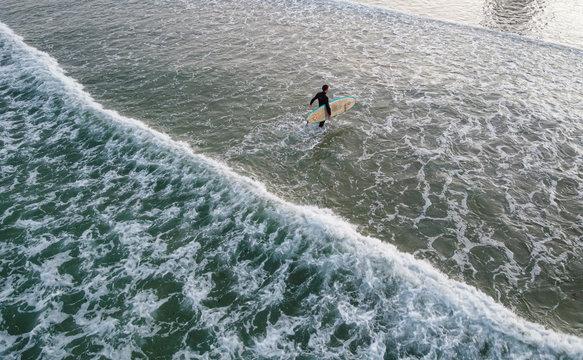 Surfer steht in der Brandung; Port Elizabeth, Südafrika