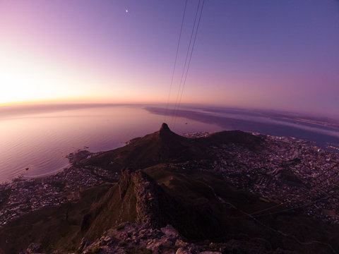 Lion's Head Ausblick auf Kapstadt vom Tafelberg aus; dramatischer Sonnenuntergang; Südafrika